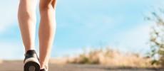 簡単エクササイズで健康的な美脚の女性