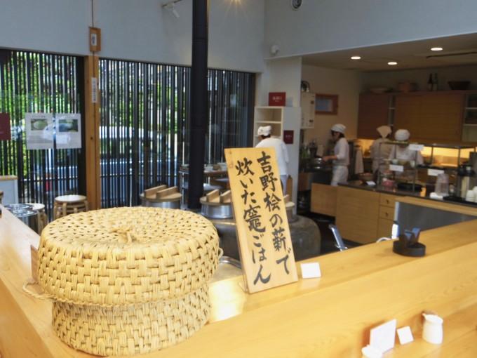 かまどがある奈良の『鹿の舟』内にある食堂「竈 Kamado」の厨房