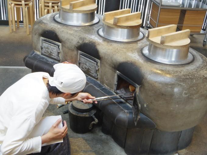 『鹿の舟』内にある食堂「竈 Kamado」の名物である昔ながらの竈(かまど)