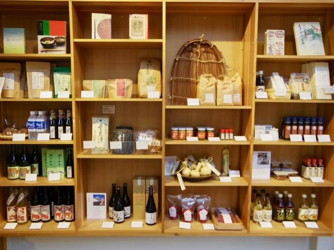 棚に調味料が並ぶ、奈良の『鹿の舟』内にある食堂「竈 Kamado」の店内