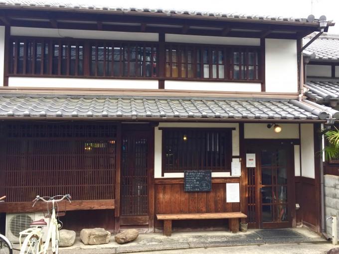 奈良町にある古民家を改装したカフェ「カナカナ」の外観