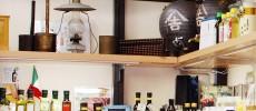 浅草橋の油専門店「金田油店」の店内にランプや甕が並んでいる