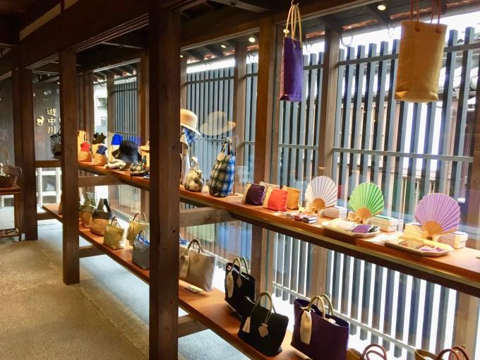 奈良にある「遊 中川」本店にディスプレイされている扇子やバッグ