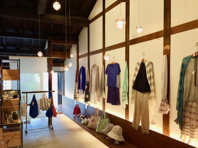 奈良にある「遊 中川」本店にディスプレイされている洋服