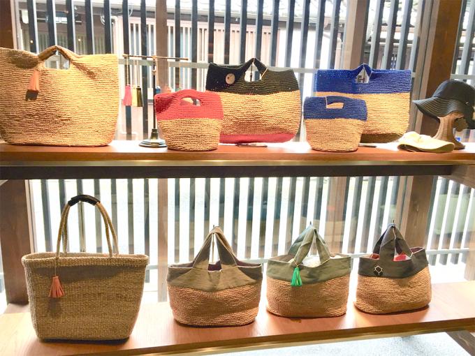 奈良にある「遊 中川」本店にディスプレイされているラフィアや麻素材のカゴバッグ