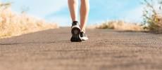 エクササイズで健康的な脚の女性