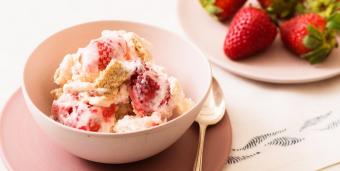〈旬レシピ〉果実のジューシーさをひんやりスイーツで味わおう。「夏いちごアイス」の作り方