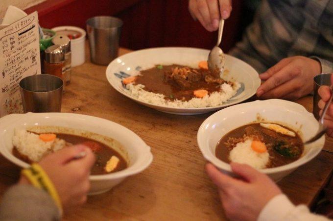 「下北沢カレーフェスティバル」のカレー食事の様子