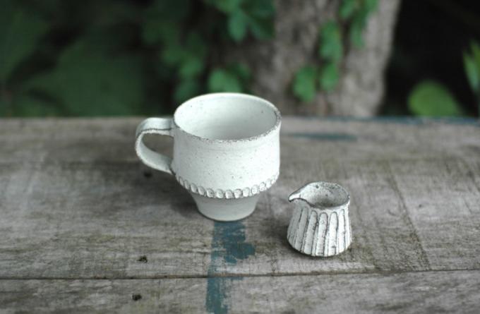 小谷田潤(こやたじゅん)さんのしのぎ模様が入ったホワイトのコーヒーカップとクリーマー