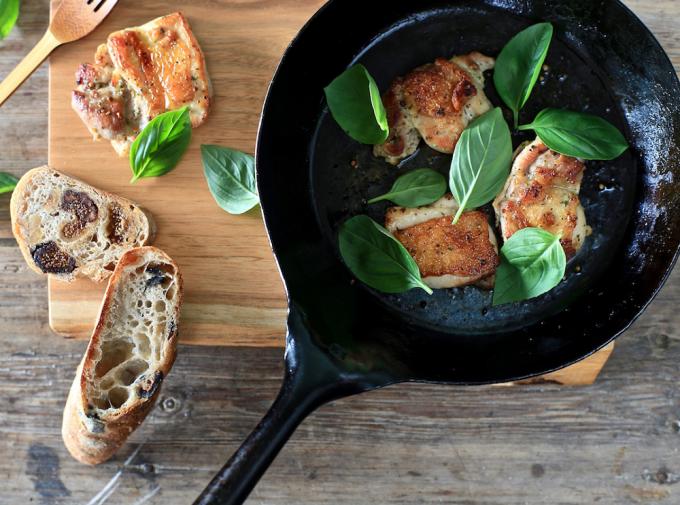 「PINT」の鉄フライパンとカッティングボードの上に並ぶ料理