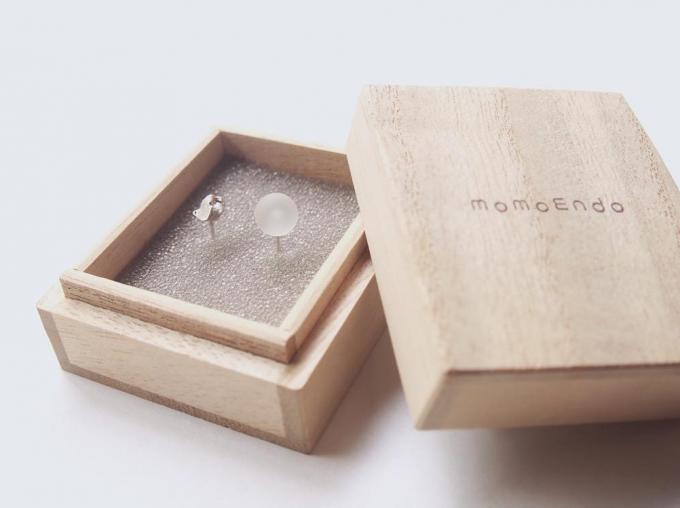 「momoendo(モモエンドウ)」の木箱に入った金属製のピアス