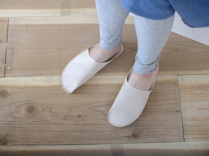 「toe to knee」のレザースリッパをはいた足