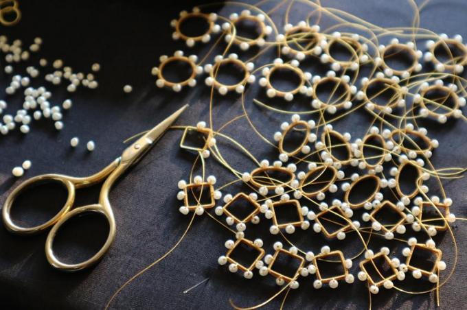 アクセサリーブランド「Amito(アミト)」の糸を使ったパーツの製作途中