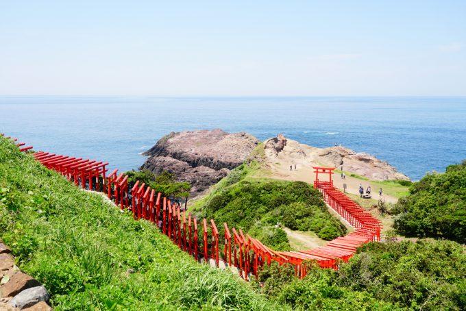 「元乃隅稲成神社」にある、色鮮やかな123基の鳥居