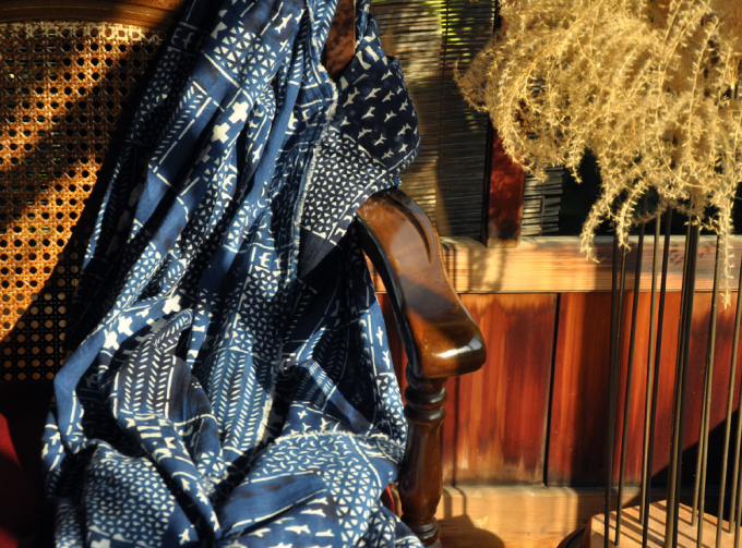 「よつめ染布舎」の納戸色の『民布』ストール