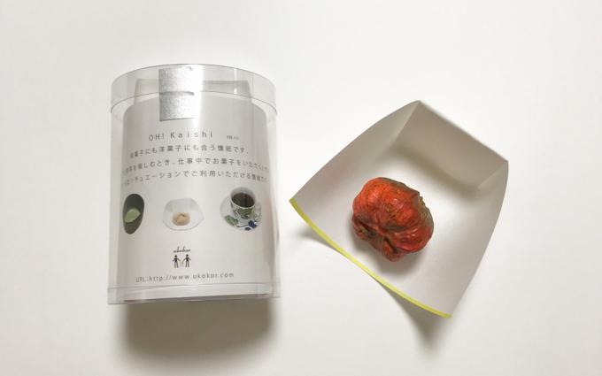「ukokor(ウココロ)」の懐紙のパッケージと柿が乗った本体