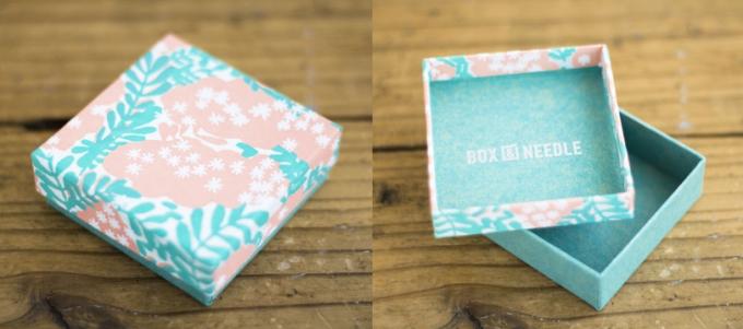 「BOX&NEEDLE」の小さなスクエア型の貼箱