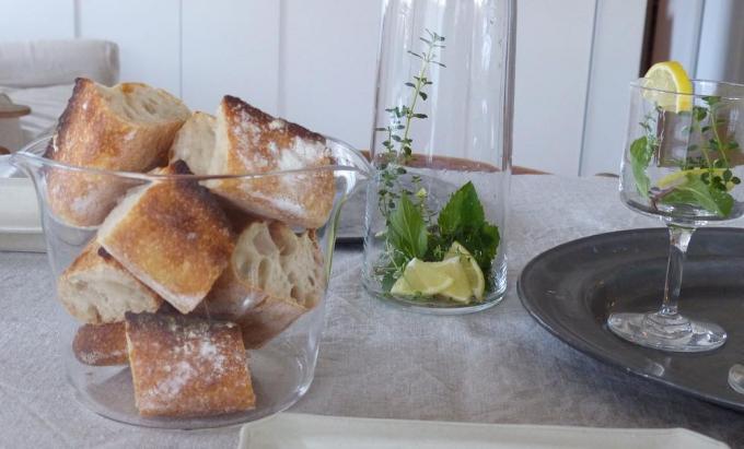 ガラスのうつわやコップにパンやお花を入れておしゃれなテーブルウェアに