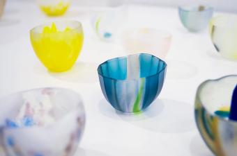 思わず惹き込まれそうな透明感。夏の食卓に涼やかな風を届ける、沖田奈央さんのガラス作品