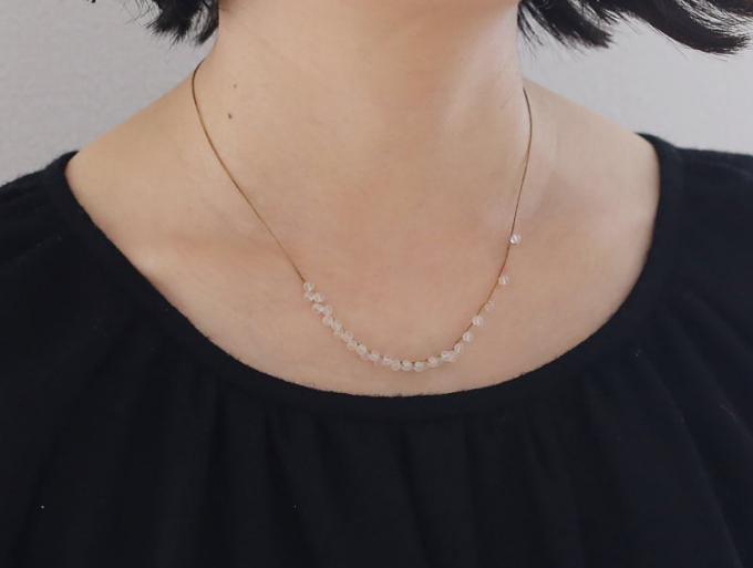 アクセサリーブランド「Amito(アミト)」の絹糸と水晶のネックレス