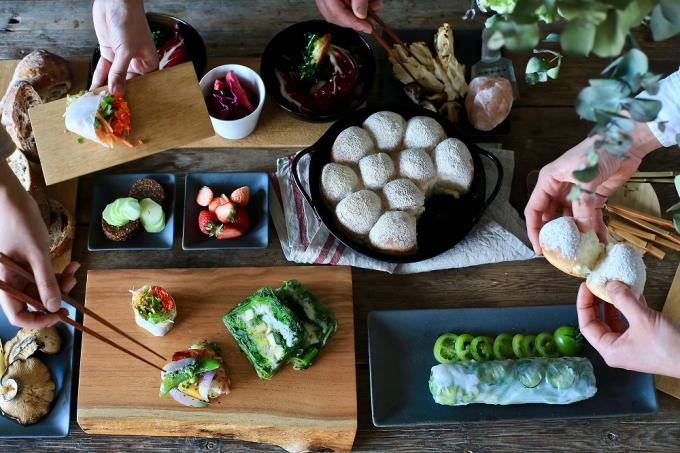 お皿やカッティングボードなどの「PINT」のプロダクトが集まった食卓