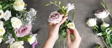花の選び方からコーディネート例まで。プロが教える「スワッグ」の作り方