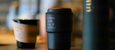 「artless craft tea & coffee」のコーヒーとタンブラーと茶筒