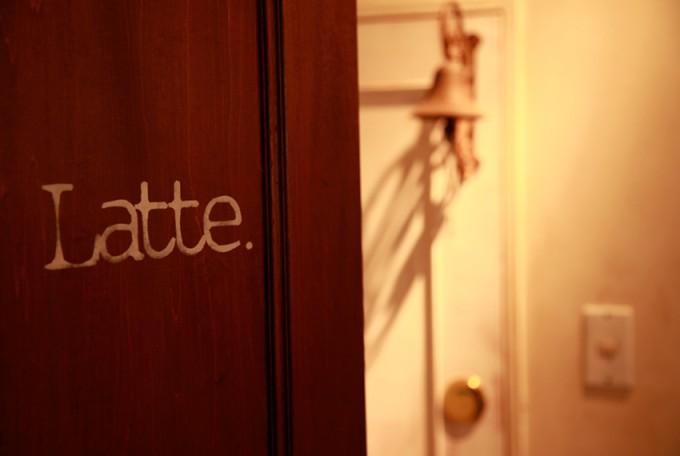 ネイルサロン「Latte.(ラテ)」の入り口のドア
