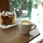 公園の自然を眺めながら美味しいパンとコーヒーが楽しめるカフェ「SIDEWALK STAND」