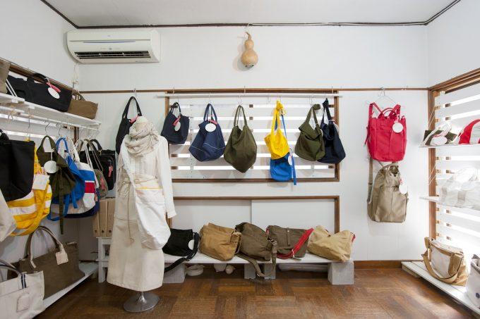 Ko'da styleの工房に並ぶ帆布バッグ