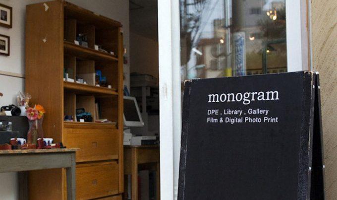 「monogram」の看板と店内が分かる写真