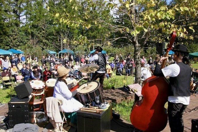 「スロウ村の仲間たち」で行われるトラベリング・バンドのライブステージ