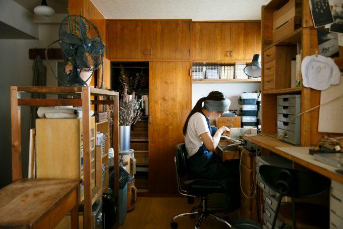 アクセサリーを作る作家の中村さん