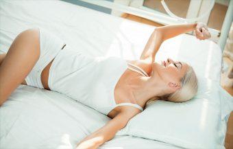 寝る前の30秒ケア。美しい腰回りを手に入れる『腰のストレッチ』<no.3>