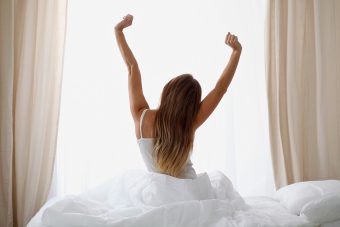 寝ながらたったの1分!凛とした姿勢の美しい女性になる「胸のストレッチ」<no.4>
