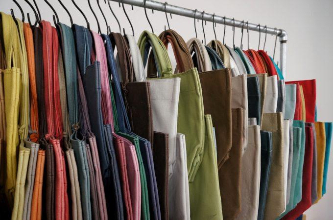 革製品とは思えない「REN」の軽いバッグたち