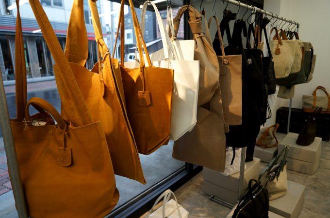 秋コーデにもぴったりの「REN」の革のバッグ