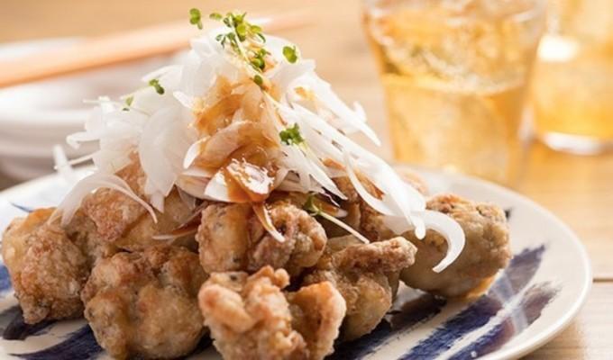 いつもの唐揚げにプラスひと手間。和風ダレが食欲をそそる「鶏唐揚げの雪玉ねぎのせ」