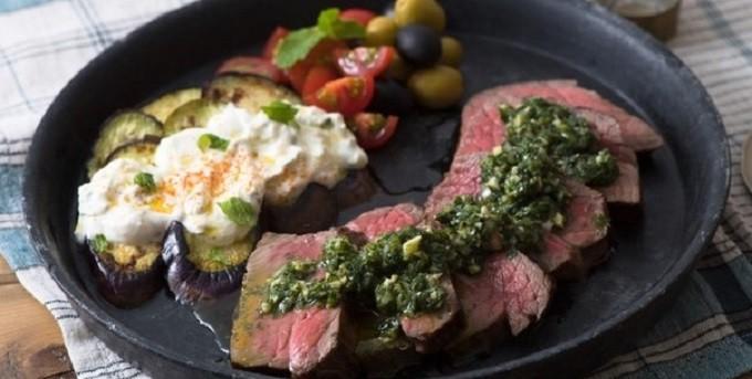 トルコ風2色のミントソースとお肉2