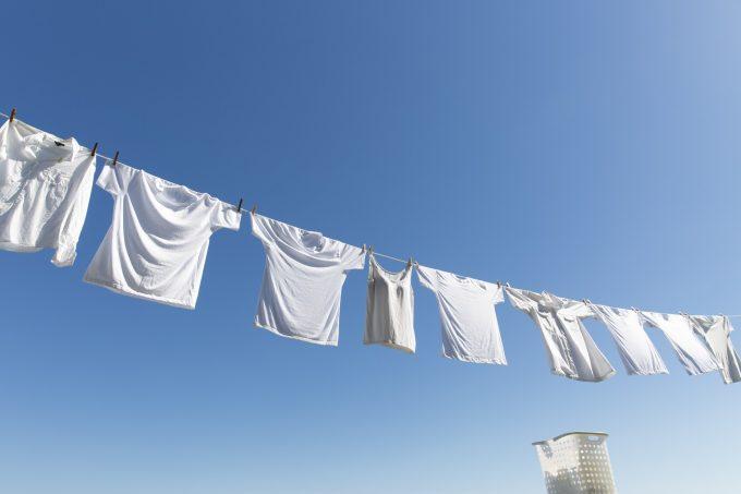 白い服の選択例と青空