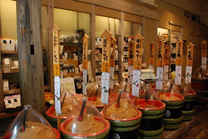 佐野みそ亀戸本店のずらりと並んだ味噌