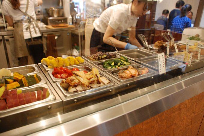 奥のカフェスペースではお味噌汁と料理が食べられる