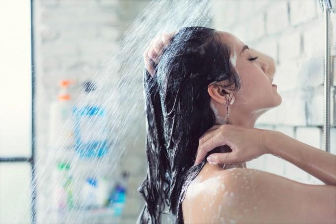 夜シャワーを浴びている女性