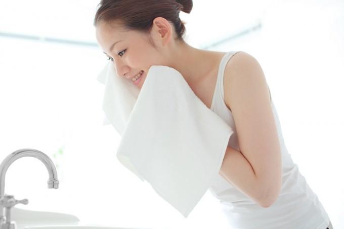 洗顔をしている美しい女性