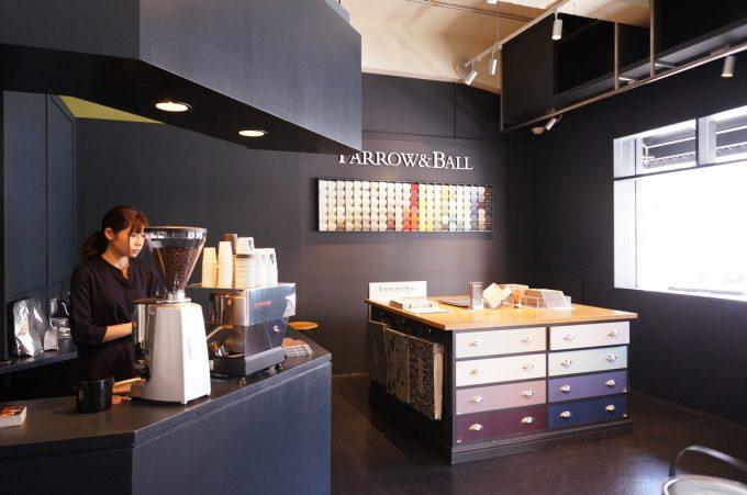 「COLORWORKS」内にある、おしゃれなカフェコーナー