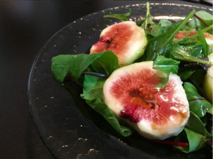 フルーツのサラダには「ビネガー」と「はちみつ」で自家製ドレッシングを