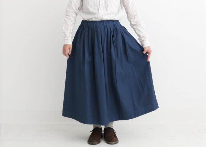 「prit(プリット)」の平織綿素材のタックスカートを着た女性