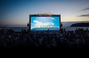 秋の夕焼けをバックに映画を楽しむ。1日限りの野外映画館「星降る町の映画祭」