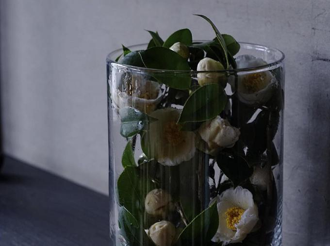 花屋「みたて」のガラスに入ったフラワーアレンジメント
