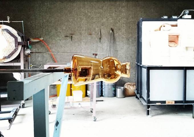 福岡県の「TOUMEI(トウメイ)」の工房で作られているガラス製のフラワーベース